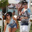 Paris Hilton et son compagnon River Viiperi profitent de la piscine de leur hôtel à Miami, le 8 decembre 2012.
