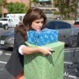 Tiffani Thiessenn, qui a fait ses cadeaux de Noël, gère difficilement les paquets, à Los Angeles le 17 décembre 2012.