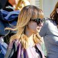 Exclusif - Nicole Richie, habillée de lunettes Chelsea de sa marque House of Harlow 1960, d'une veste IRO et de bottines Balenciaga, quitte l'El Rey Theater avec son fils Sparrow. Los Angeles, le 19 décembre 2012.