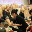 Naomi Watts et le petit Samuel profitent d'une séance de pédicure dans un salon new-yorkais, le 20 décembre 2012.