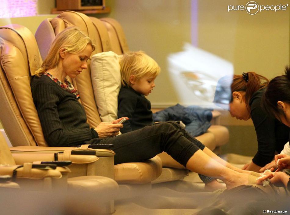 Naomi Watts occupée sur son téléphone et son fils Samuel en pleine séance de pédicure dans un salon new-yorkais, le 20 décembre 2012.