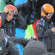 Pour Victoria, 12 ans, le portable semble indispensable... L'infante Elena d'Espagne était aux sports d'hiver à Baqueira Beret avec ses enfants Felipe et Victoria, le 28 décembre 2012.