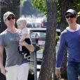 Neil Patrick Harris et David Burtka avec leurs jumeaux, à Los Angeles, le 19 juin 2011.