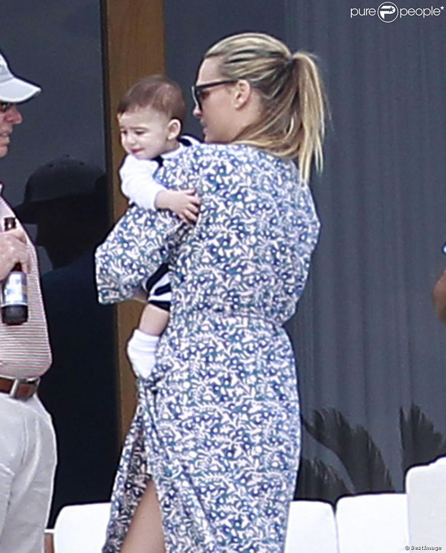La belle Molly Sims, son mari Scott Stuber et leur fils Brooks passent la journée en famille à Cabo San Lucas, le 1er janvier 2013.