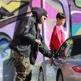 Rihanna et Chris Brown se promènent à Los Angeles, le 2 janvier 2013. Le couple a été vu montant dans la même voiture. La jolie chanteuse porte un pull issu de la collection de vêtements de Chris Brown.