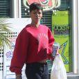 Rihanna et Chris Brown se promènent à Los Angeles, le 2 janvier 2013. Rihanna a acheté quelques rafraîchissements.