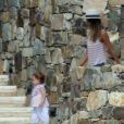 Jessica Alba passe le début de l'année 2013 avec sa petite famille à Cabo San Lucas au Mexique. Photo prise le 3 janvier 2013. Elle veille ici sur sa fille.