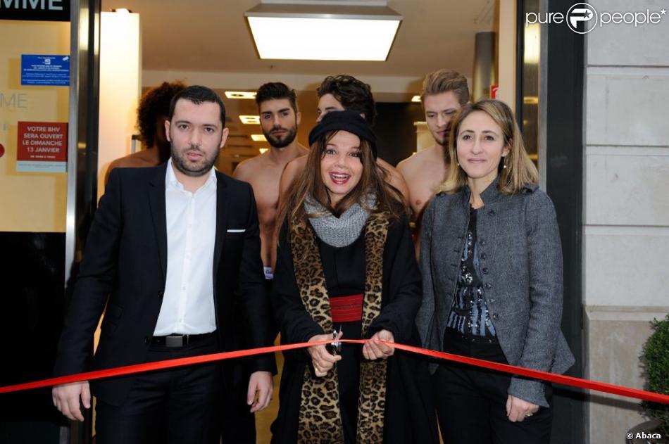 Victoria Abril, entourée de mannequins torse nu (dont Laurent de Koh Lanta 11), donne le coup d'envoi des soldes au BHV Homme de Paris, le 9 janvier 2013.