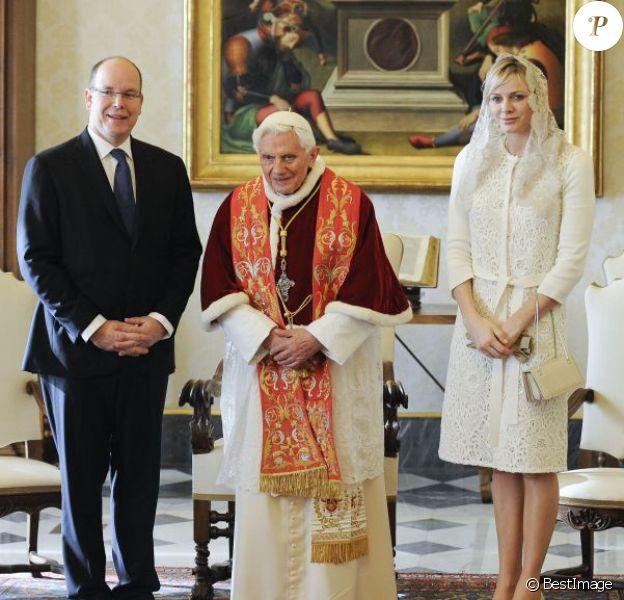 Le prince Albert II et la princesse Charlene de Monaco reçus par le pape Benoît XVI au Vatican, le samedi 12 janvier 2013.