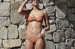 Jessica Alba : Sexy en bikini orange avec son mari et ses filles Honor et Haven