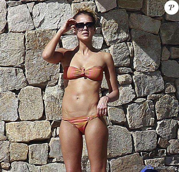 Jessica Alba passe le début de l'année 2013 avec son mari et ses filles à Cabo San Lucas au Mexique. Elle a dévoilé un bikini orange très sexy. Photo prise le 2 janvier 2013.