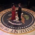 Barack Obama danse avec son épouse Michelle lors du bal organisé pour fêter son second mandat à la tête des Etats-Unis, à Washington le 21 janvier 2013.