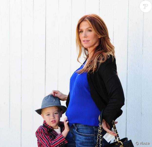La jolie Poppy Montgomery, enceinte de son deuxième enfant, et son premier fils Jackson attendent leur voiture après avoir petit-déjeuné à Santa Monica, le 23 janvier 2013