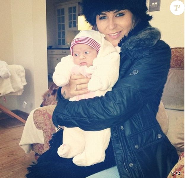 Jenny Thomson et sa petite Izabella, prostituée repentie qui avait provoqué le scandale lors de la révélation de sa relation avec Wayne Rooney alors que sa femme Coleen était enceinte en 2009