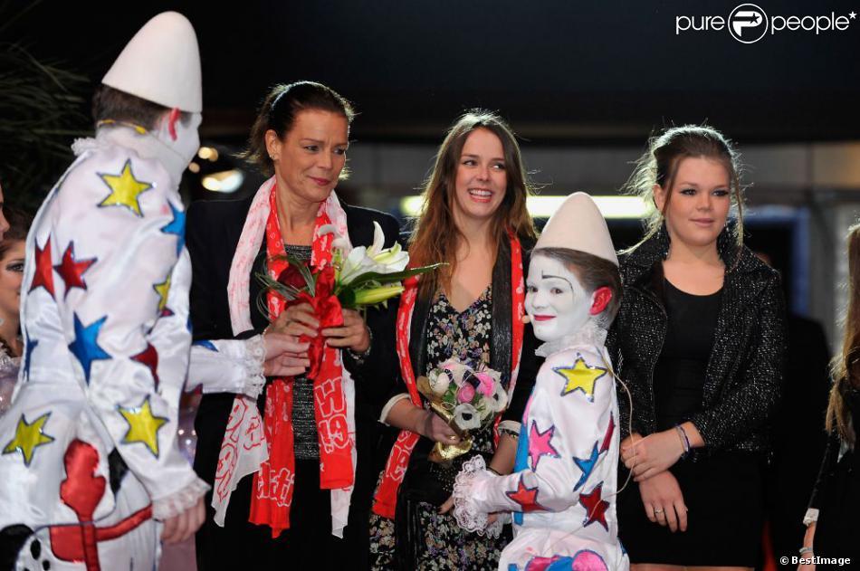 Pauline Ducruet, sa mère Stéphanie de Monaco et sa jeune soeur Camille Gottlieb étaient accueillies par les clowns blancs lors du Festival New Generation des arts du cirque à Monaco le 2 février 2013