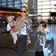 L'actrice Kate Hudson, son fils Ryder, son fiancé Matthew Bellamy et leur fils Bingham, à l'aéroport de Los Angeles, le 9 février 2013.
