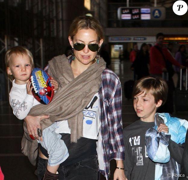 Kate Hudson, son fils Ryder âgé de 9 ans, son fiancé Matthew Bellamy et leur fils Bingham, à l'aéroport de Los Angeles, le 9 février 2013.