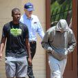 Oscar Pistorius à la sortie du commissariat quittant le commissariat de Boshkop le 14 février 2013, où il a été entendu après le meurtre de sa compagne Reeva Steenkamp