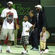 Dwyane Wade et ses garçons Zaire et Zion accompagnés de LeBron James au Crandon Park Tennis Center de Key Biscayne le 26 mars 2011