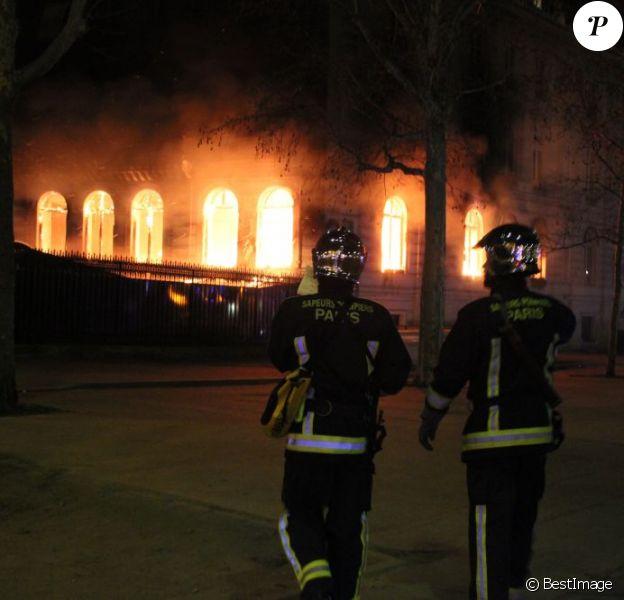 Un incendie, qui pourrait être criminel, a ravagé le restaurant de la boîte de nuit L'Arc, sans faire de victimes, à Paris dans la matinée du 21 fevrier 2013.