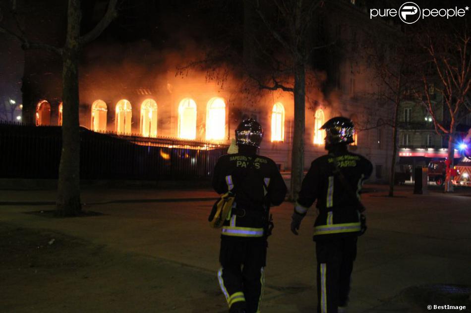 la c l bre bo te de nuit l 39 arc ravag e par un incendie peut tre criminel. Black Bedroom Furniture Sets. Home Design Ideas