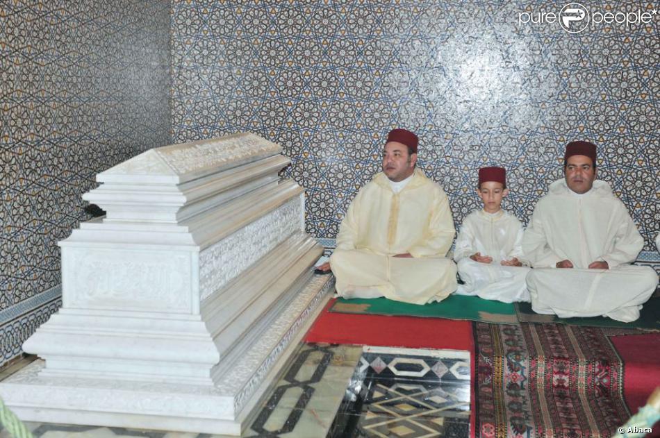 Le roi Mohammed VI du Maroc, son fils le prince héritier Moulay El Hassan et son frère le prince Moulay Rachid se recueillant le 20 février 2013 au mausolée Mohammed V à Rabat lors d'une veillée pour le 14e anniversaire de la disparition du roi Hassan II.