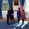 Voici des photos officielles sur les coulisses de l'investiture de Barack Obama et sur la vie à la Maison Blanche. Michelle Obama embrasse son époux après que ce dernier ait prêté serment. Le 20 janvier 2013.