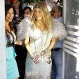 Fergie, enceinte, quitte le restaurant Ivy à Santa Monica avec sa soeur Dana. Le 2 mars 2013.