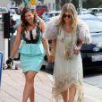 Fergie, enceinte, arrive au restaurant Ivy à Santa Monica avec sa soeur Dana. Le 2 mars 2013.