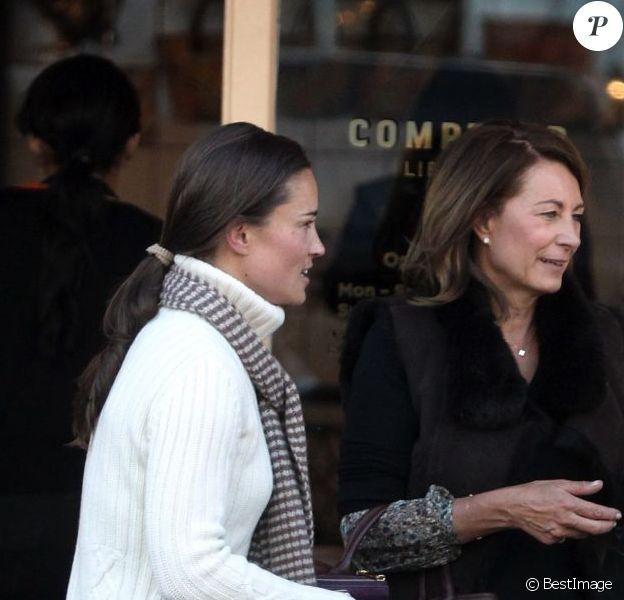 Carole Middleton et sa fille Pippa Middleton ont fait une pause gourmande au restaurant Comptoir Libanais. A Londres, le 5 mars 2013.