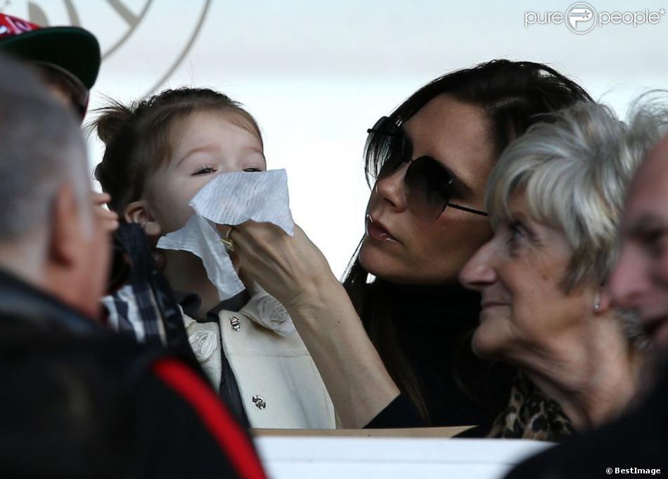 Victoria Beckham avec sa fille Harper au Parc des Princes à Paris le 9 Mars 2013.