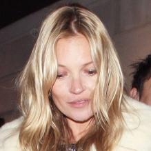 Kate Moss accompagnée de son mari Jamie Hince lors de la représentation de la comédie musicale The Book of Mormon au profit du Red Nose Day au Prince of Wales Theatre. Londres, le 13 mars 2013.