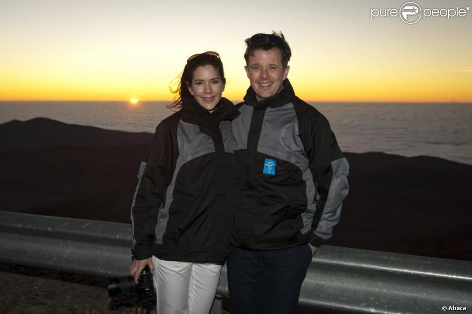 Le prince héritier du Danemark Frederik et son épouse la princesse Mary face au coucher de soleil depuis l'Observatoire du Cerro Paranal  dans le désert d'Atacama le 14 mars 2013