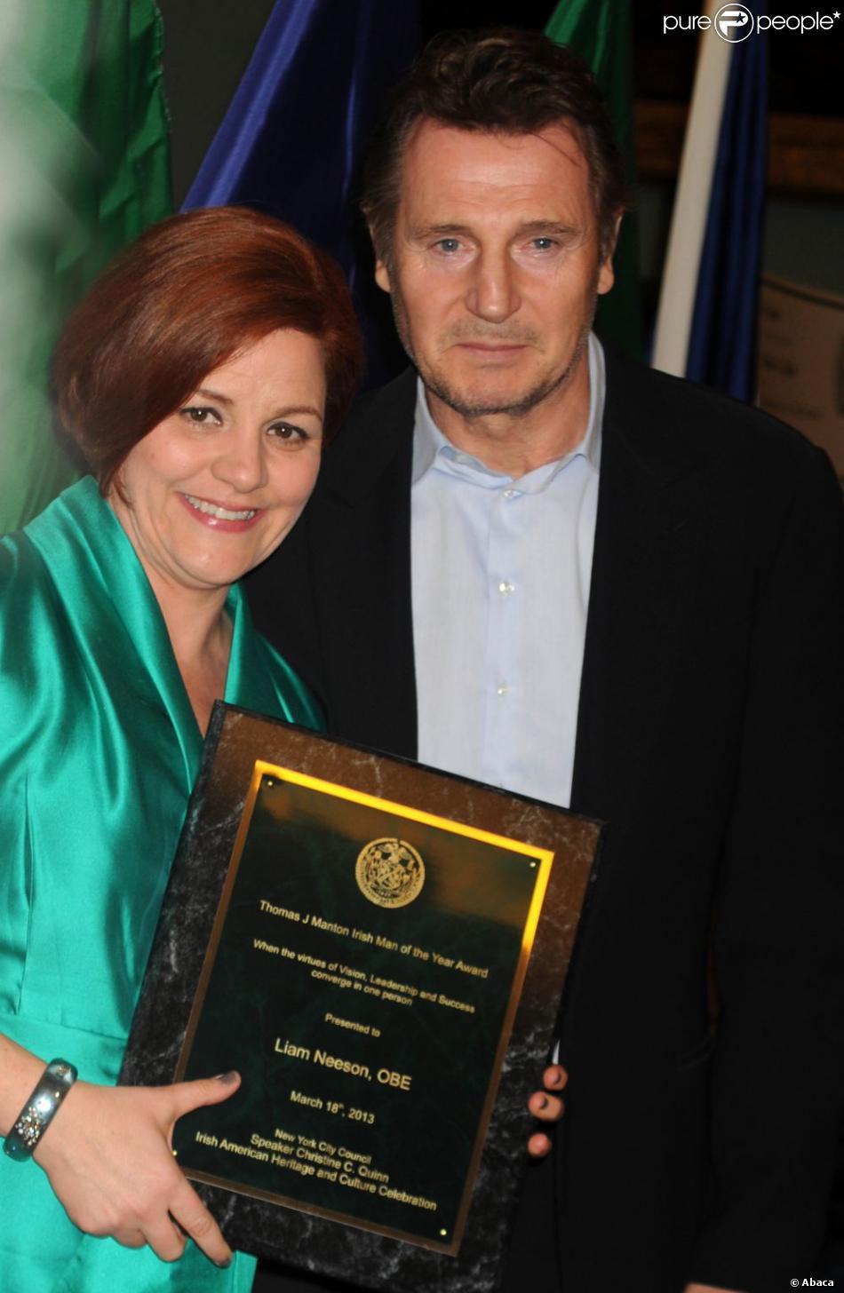 Le comédien Liam Neeson reçoit le prix de l'Irlandais de l'année à New York des mains de Christine C. Quinn le 18 mars 2013.