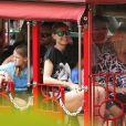 Les vacances continuent pour Heidi Klum, ses parents, son compagnon Martin Kirsten et les enfants du mannequin, Leni (8 ans), Henry (7 ans), Johan (6 ans) et Lou (3 ans). La petite famille a visité les plantations Dole (marque qui vend des fruits et légumes frais). On peut les voir ici dans un petit train. Mardi 26 mars à Hawaï.