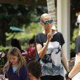 Les vacances continuent pour Heidi Klum, ses parents, son compagnon Martin Kirsten et les enfants du mannequin, Leni (8 ans), Henry (7 ans), Johan (6 ans) et Lou (3 ans). La petite famille a visité les plantations Dole (marque qui vend des fruits et légumes frais). La tribu mange une glace. Mardi 26 mars à Hawaï.
