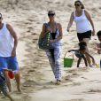 Heidi Klum, son compagnon Martin Kirsten, Leni (8 ans), Henry (7 ans), Johan (6 ans), Lou (3 ans), et les parents du mannequin ont profité de la plage à Hawaï. Le 26 mars 2013.