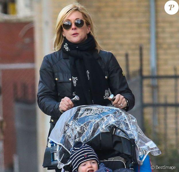 Jane Krakowski et son fils Bennett Godley se promènent à New York, le 27 mars 2013.
