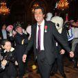 """Max Guazzini en plein """"Harlem Shake"""" - Max Guazzini reçoit les insignes de Chevalier de l'Ordre national de Légion d'honneur à la mairie de Paris, le 27 mars 2013."""