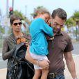 Dernière sortie à la plage pour le trio avant de rejoindre l'aéroport pour prendre un vol à destination de Los Angeles. Le 1er avril 2013.