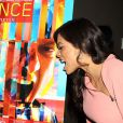 Rosario Dawson rugit à côté de l'affiche à la première de Trance à New York, le 2 avril 2013.