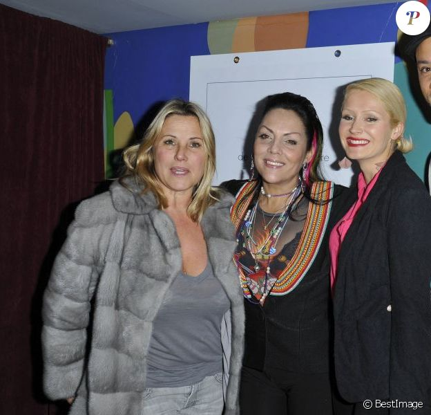 Sophie Favier, Hermine de Clermont-Tonnerre aux côtés de Xavier et Tatiana de Secret Story lors de la séance de dédicaces du livre de la Princesse Hermine de Clermont-Tonnerre à l'Alcazar à Paris, le 2 avril 2013.