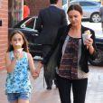 Coco Arquette déguste une glace avec sa nounou, dans le quartier de Beverly Hills, le 2 avril 2013. Pendant ce temps, sa mère Courteney Cox est chez le médecin.