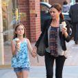 Coco Arquette savoure une glace avec sa nounou, à Beverly Hills, le 2 avril 2013. Pendant ce temps, sa mère Courteney Cox est chez le médecin.