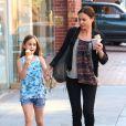 Coco Arquette déguste une glace avec sa nounou, à Beverly Hills, le 2 avril 2013. Pendant ce temps, sa mère Courteney Cox est chez le médecin.