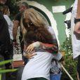 Fergie, enceinte, très démonstratrice envers ses fans brésiliens, à Rio de Janeiro, le 3 avril 2013.