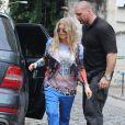 Fergie enceinte a visité la favela de Cantagalo dans le cadre d'un projet organisé par une ONG, avant de rentrer à son hôtel où elle a fait toucher son ventre à des fans, à Rio de Janeiro, le 3 avril 2013.