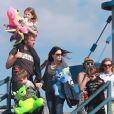 """""""Chris Martin emmenant ses enfants dans une fête foraine de Santa Monica, le 4 avril 2013."""""""