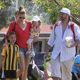 Kevin Federline, accompagné de sa petite amie Victoria Prince et de leur jeune fille Jordan, va regarder ses fils Sean et Jayden jouer au football à Woodland Hills, le 7 avril 2013.