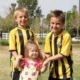Les fils de Britney Spears et Kevin Federline, Sean et Jayden, s'amusent au football à Woodland Hills, avec leur soeur Jordan, le 7 avril 2013.